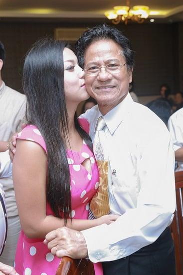Chế Linh bị fan lao tới hôn bất ngờ trước mặt vợ trẻ 6