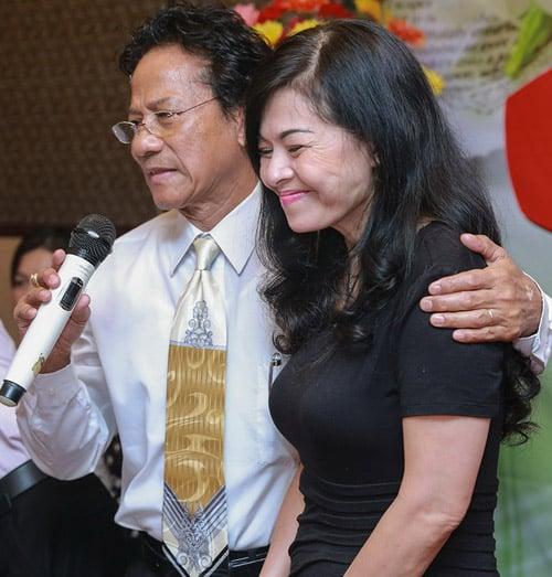 Chế Linh bị fan lao tới hôn bất ngờ trước mặt vợ trẻ 7