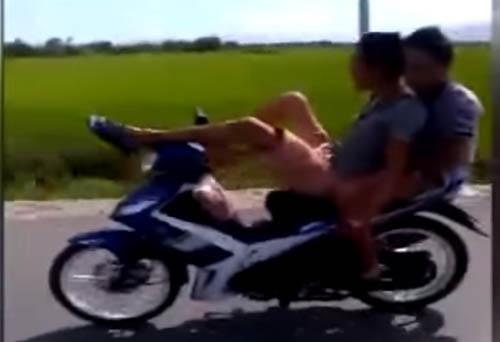 Hai 'quái xế' lái xe bằng chân, chụp ảnh 'tự sướng' bị phạt nguội 6
