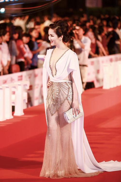 Hoa hậu Giáng My gây tranh cãi vì trang phục tại LHP Quốc tế 4