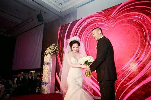 Quỳnh Nga mặc gợi cảm, nhảy bốc lửa trong đám cưới 11