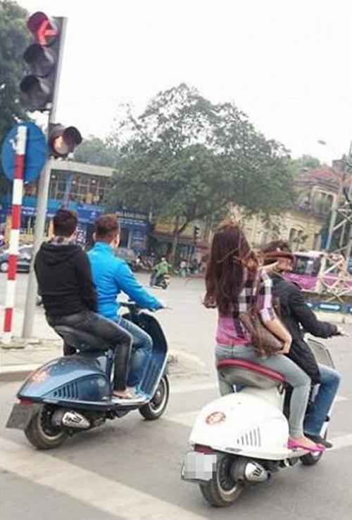 Bốn thanh niên đi xe máy đắt nhất Việt Nam, nghênh ngang vượt đèn đỏ 6
