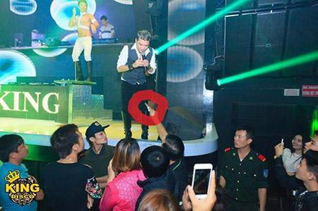 Đàm Vĩnh Hưng được đại gia rút cọc tiền tặng trên sân khấu 5