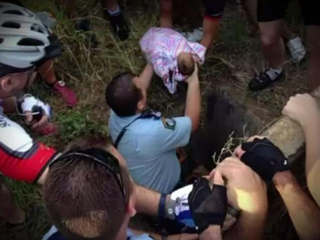Người mẹ thừa nhận quá trình vứt con xuống cống sâu 2,5 mét 4