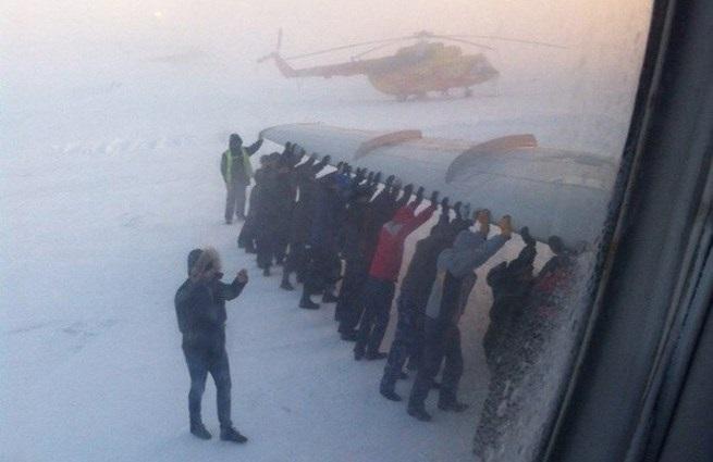 Nga: Máy bay bị đóng băng, toàn bộ hành khách phải xúm vào đẩy 5