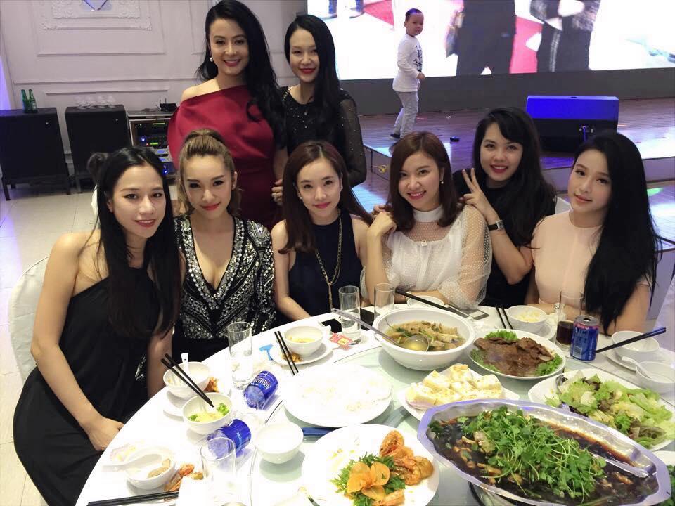 Dàn hot girl đình đám đến mừng đầy tháng con trai Tuấn Hưng 8