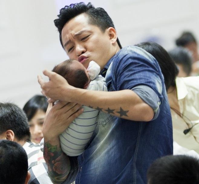 Dàn hot girl đình đám đến mừng đầy tháng con trai Tuấn Hưng 9