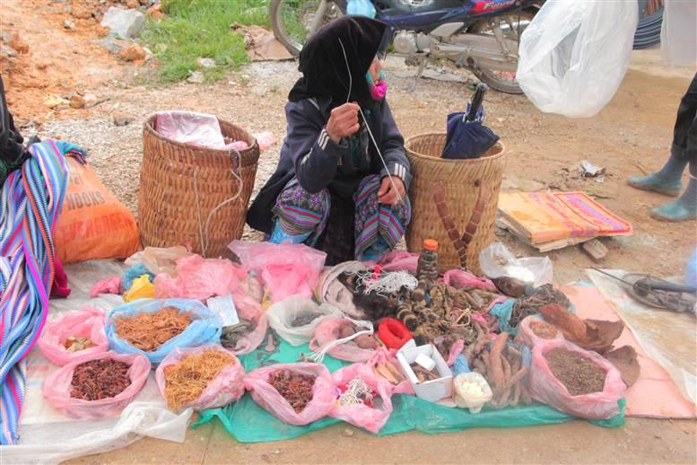 Chợ phiên Đồng Văn: Khách không mua chủ vẫn tươi cười 18