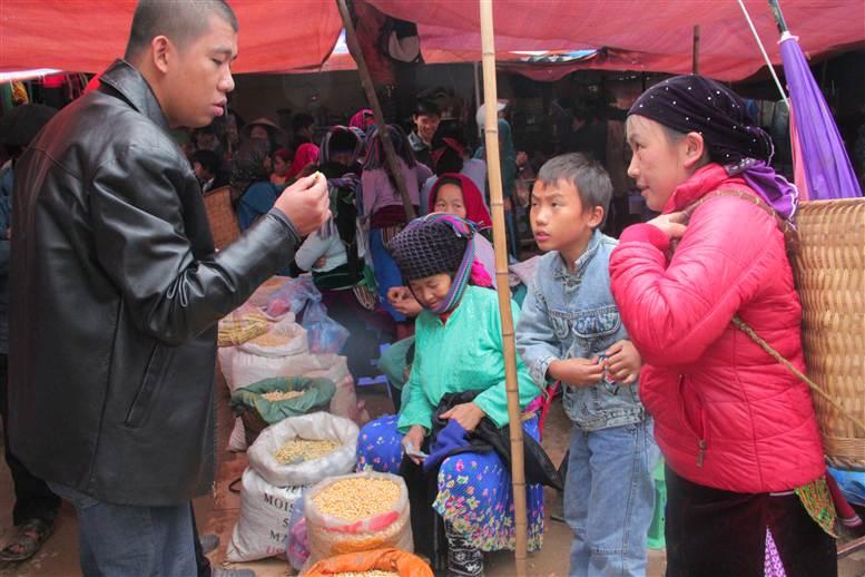 Chợ phiên Đồng Văn: Khách không mua chủ vẫn tươi cười 15