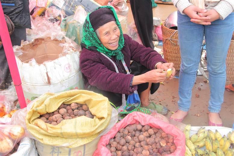 Chợ phiên Đồng Văn: Khách không mua chủ vẫn tươi cười 26