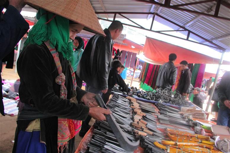 Chợ phiên Đồng Văn: Khách không mua chủ vẫn tươi cười 19