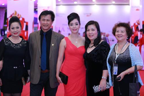 Trương Ngọc Ánh lộng lẫy bên Kim Lý trong lễ bế mạc LHP quốc tế Hà Nội 14