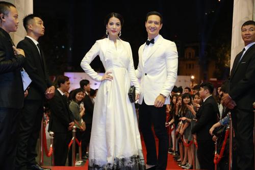 Trương Ngọc Ánh lộng lẫy bên Kim Lý trong lễ bế mạc LHP quốc tế Hà Nội 5