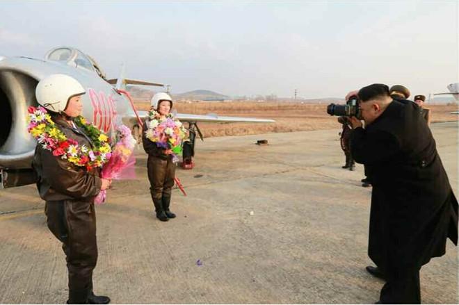 Nhà lãnh đạo Kim Jong-un hào hứng chụp ảnh cho nữ phi công 9
