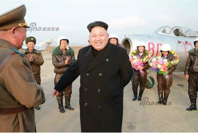 Nhà lãnh đạo Kim Jong-un hào hứng chụp ảnh cho nữ phi công 5