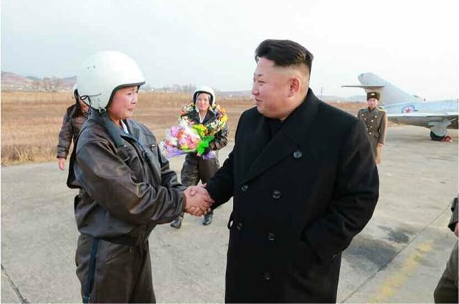 Nhà lãnh đạo Kim Jong-un hào hứng chụp ảnh cho nữ phi công 10