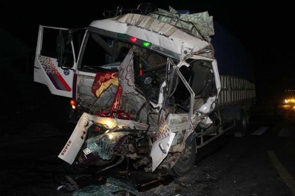 Hình ảnh Hai xe tải va chạm, tài xế cùng phụ xe kẹt trong cabin số 1
