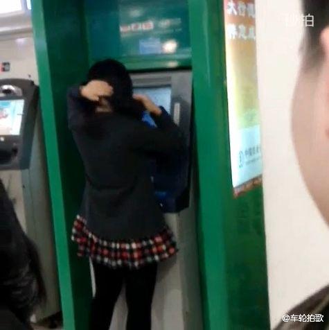 Bị đánh tơi tả vì đứng trang điểm, chải chuốt trước cây ATM 3