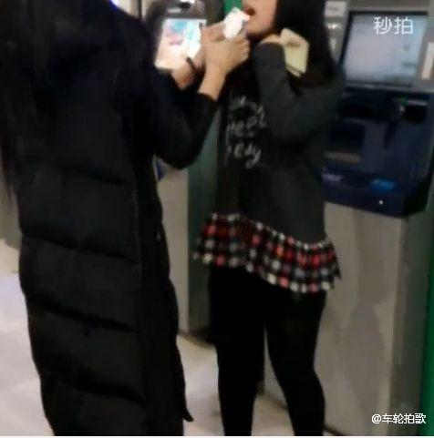 Bị đánh tơi tả vì đứng trang điểm, chải chuốt trước cây ATM 5