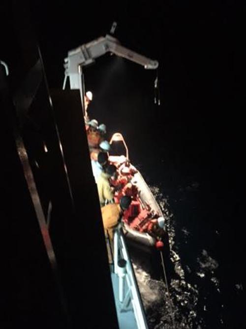 Bất chấp mưa bão để cứu thuyền viên Trung Quốc bị nạn 6