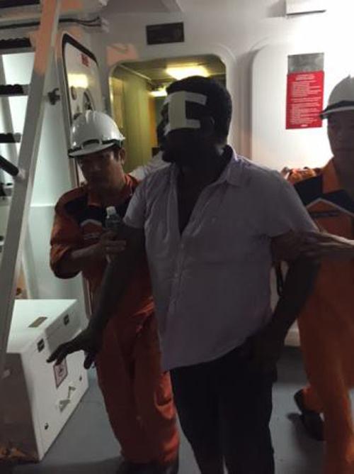 Bất chấp mưa bão để cứu thuyền viên Trung Quốc bị nạn 7