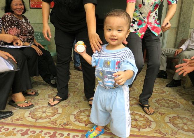 Vụ bé trai 2 tuổi bị bỏ rơi trên taxi: Bà cụ 80 tuổi đến nhận cháu 4