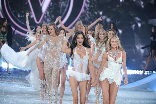 Ngọc Trinh được đón tiếp như khách VIP tại Victoria's Secret Show 9