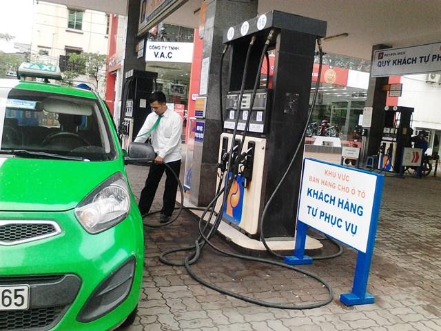 Petrolimex để khách hàng tự bơm xăng: Liệu có an toàn? 6