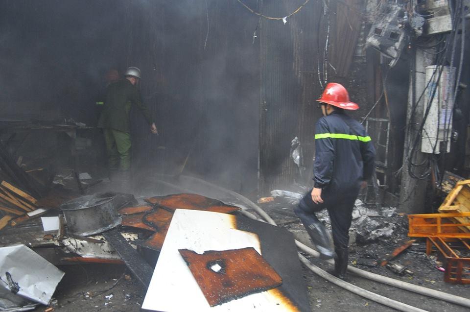 Hỏa hoạn thiêu rụi 2 xưởng gỗ trên đường Đê La Thành 5