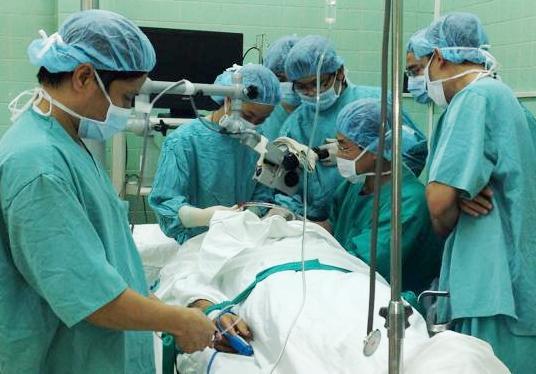 Phẫu thuật lấy 80 con dòi ra khỏi tai bệnh nhân 6