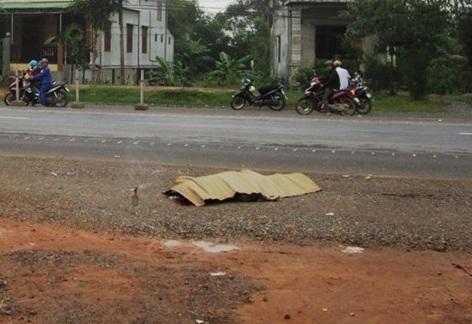 Phát hiện xác chết gãy chân nằm úp bên đường 4