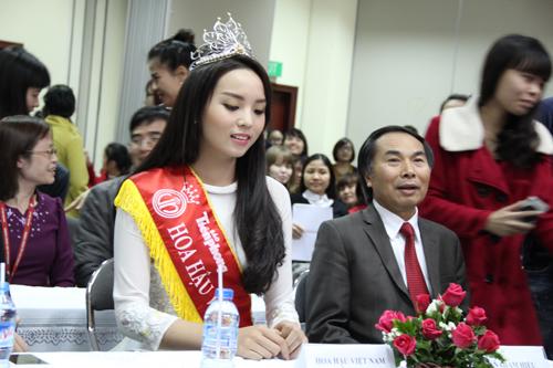 Hoa hậu Nguyễn Cao Kỳ Duyên rạng rỡ tại trường Đại học Ngoại thương 5