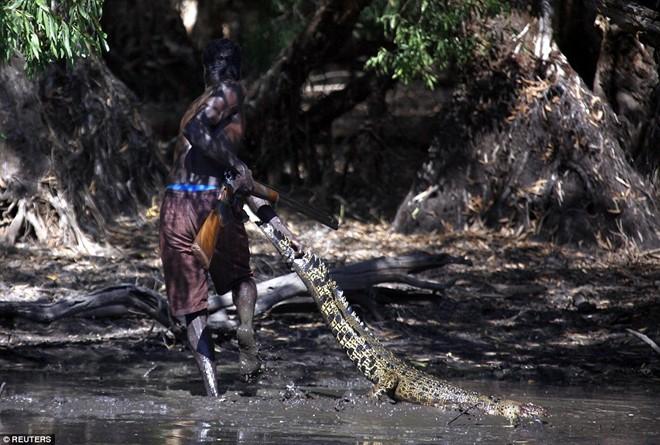 Cận cảnh buổi đi săn cá sấu nguy hiểm của bộ tộc Yolngu 9