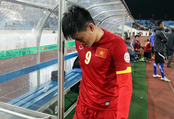 Thủy Tiên an ủi Công Vinh sau trận thua với Malaysia 5