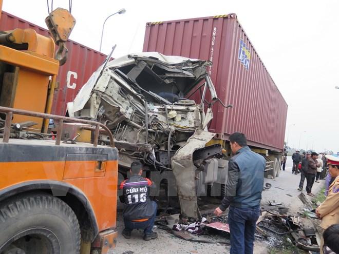 Xe container đâm trực diện xe giường nằm, 3 người bị thương 5