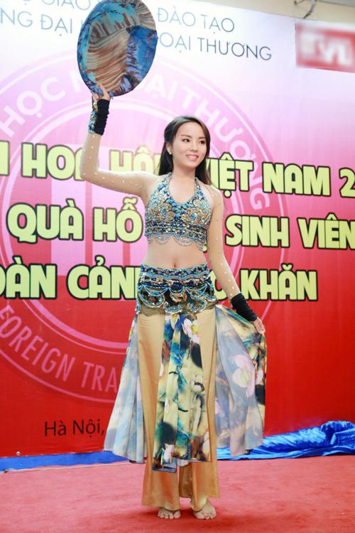 Hoa hậu Nguyễn Cao Kỳ Duyên quyến rũ với màn múa nón lá 13