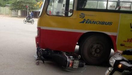 Cố vượt đèn đỏ, xe buýt tông gãy chân người đi đường 4