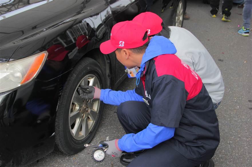 Hình ảnh Hơn 350 xe ô tô được chăm sóc toàn diện tại SVĐ Mỹ Đình số 7