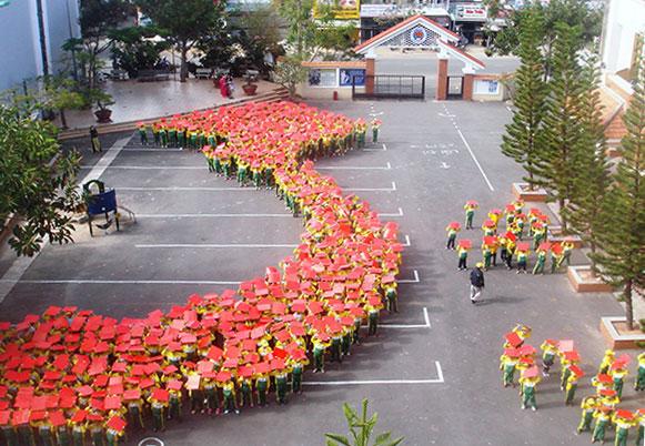 Hơn 1000 học sinh Đà Lạt xếp hình bản đồ, cờ Tổ quốc 5