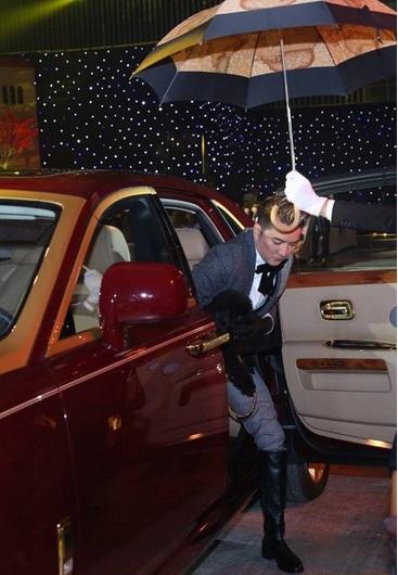 Đàm Vĩnh Hưng lái siêu xe mạ vàng lên sân khấu làm náo loạn liceshow 6