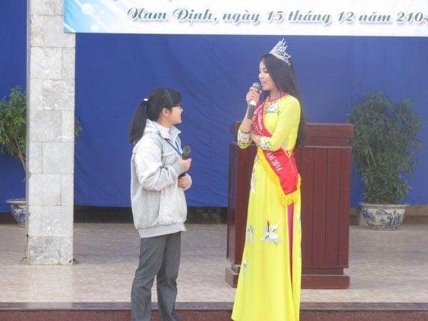 Hoa hậu Nguyễn Cao Kỳ Duyên xinh đẹp, nhí nhảnh tại quê nhà 6