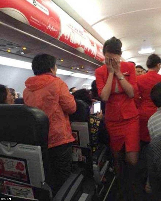 Chùm ảnh: Khoảnh khắc hành khách Trung Quốc hất nước nóng vào mặt tiếp viên 5