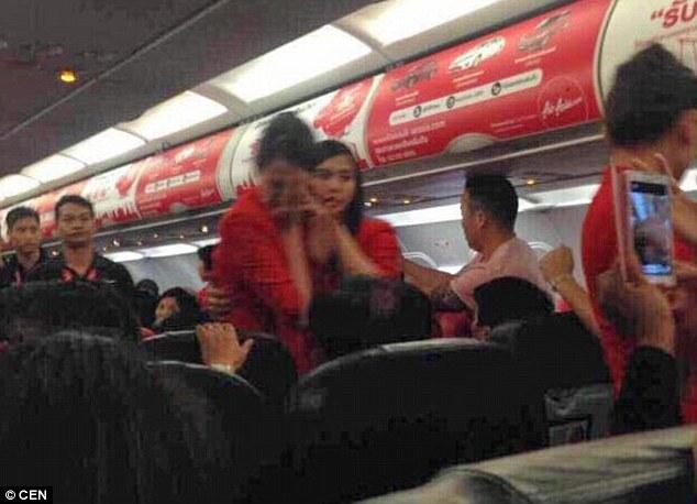 Chùm ảnh: Khoảnh khắc hành khách Trung Quốc hất nước nóng vào mặt tiếp viên 6