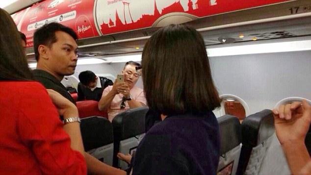 Chùm ảnh: Khoảnh khắc hành khách Trung Quốc hất nước nóng vào mặt tiếp viên 9