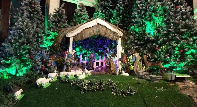 Đàm Vĩnh Hưng chơi trội làm vườn Giáng Sinh trong biệt thự triệu đô 5
