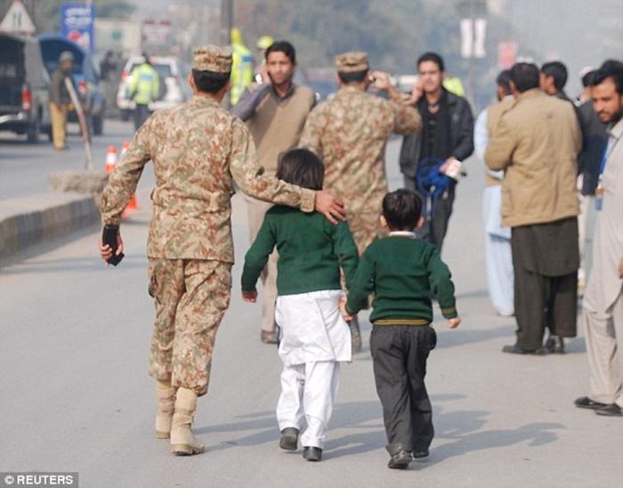 Thảm sát tại trường học Pakistan, ít nhất 126 người thiệt mạng 8