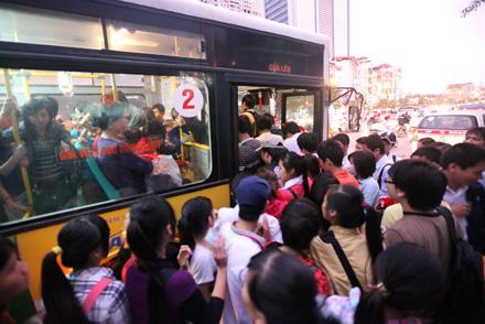 Hà Nội sẽ điều tra nạn quấy rối tình dục trên xe buýt 4