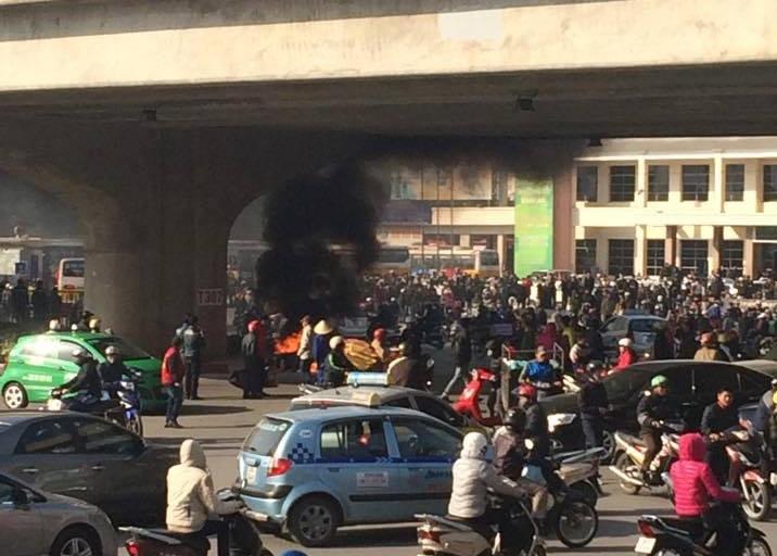 Xe máy vô chủ bỗng dưng bốc cháy trước bến xe Mỹ Đình 5