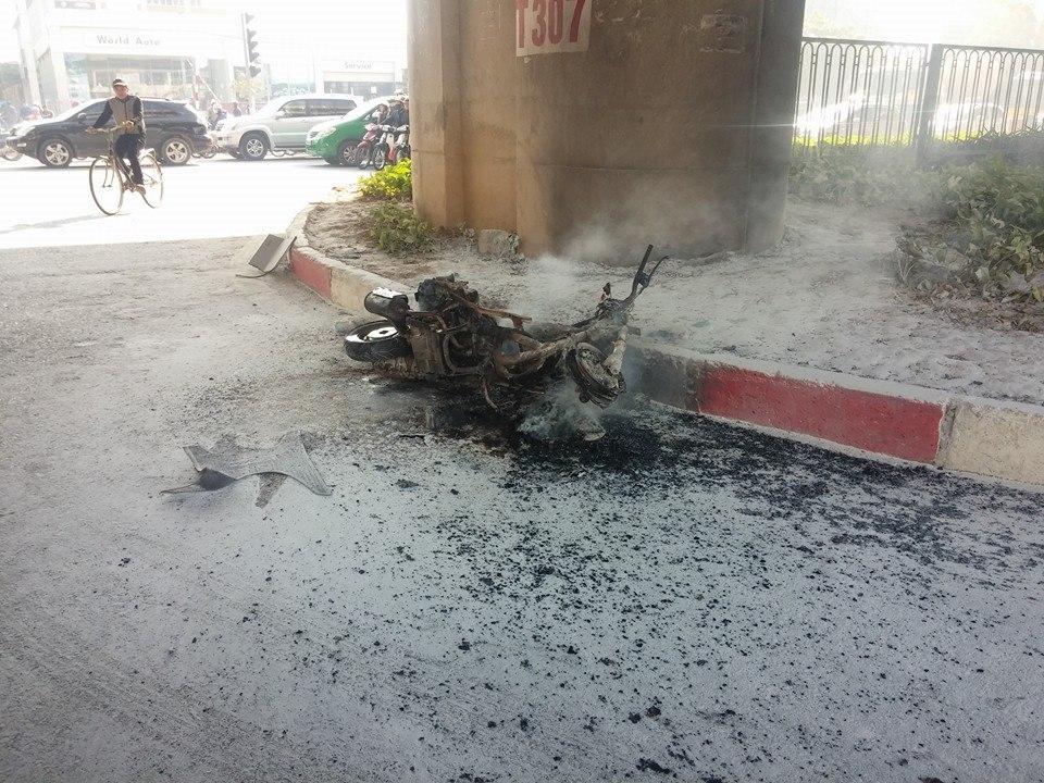 Xe máy vô chủ bỗng dưng bốc cháy trước bến xe Mỹ Đình 6