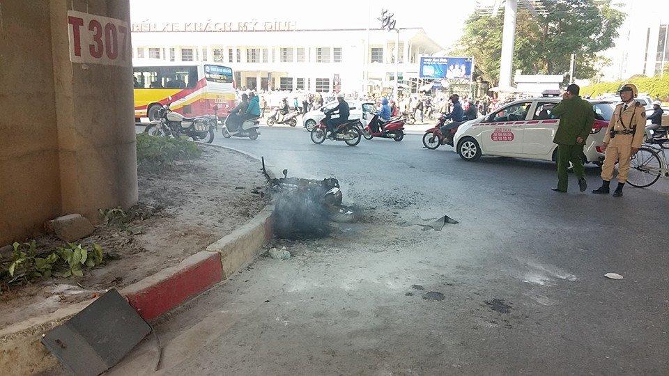 Xe máy vô chủ bỗng dưng bốc cháy trước bến xe Mỹ Đình 7